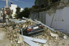 <p>Последствия землетрясения в греческой деревне Като-Ахаия, произошедшего в воскресенье, 8 июня 2008 года. Два человека погибли и 125 получили ранения в результате землетрясения силой 6,5 балла по шкале Рихтера на юге Греции в воскресенье, сообщают представители властей. (REUTERS/Icon)</p>
