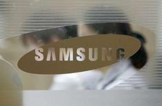 <p>Le sud-coréen Samsung a lancé un nouveau combiné tactile, quelques heures avant la présentation par Apple d'une nouvelle version de l'iPhone. /Photo d'archives/REUTERS/Jo Yong-Hak</p>