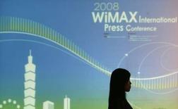 <p>Six grands spécialistes des technologies -Alcatel-Lucent, Cisco, Clearwire, Intel, Samsung Electronics et Sprint- ont conclu une alliance de brevets pour encourager le développement de la norme WiMAX, technologie émergente dans le domaines des télécoms haut débit. /Photo prise le 21 avril 2008/REUTERS/Pichi Chuang</p>