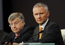 <p>Le P-DG de France Télécom, Didier Lombard et le directeur financier du groupe Gervais Pellissier (à droite). L'opérateur télécoms français n'a pour l'instant pas l'intention d'améliorer son offre d'achat sur TeliaSonera mais il espère que les actionnaires de l'opérateur suédois convaincront ce dernier d'engager des discussions. /Photo prise le 27 mai 2008/REUTERS/Gonzalo Fuentes</p>