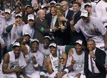 """<p>Игроки """"Бостона"""" держат в руках кубок НБА после победы над """"Лос-Анджелесом"""" в Бостоне 17 июня 2008 года. Команда """"Бостон"""" выиграла титул чемпиона Национальной баскетбольной ассоциации впервые за последние 22 года, переиграв в финала """"Лос-Анджелес"""" со счетом 131-92. (REUTERS/Mike Segar)</p>"""
