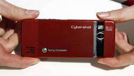<p>Мобильный телефон Sony Ericsson C902 на выставке мобильных устройств в Барселоне 14 февраля 2008 года. Компания Sony Ericsson представила мобильный телефон с 8-мегапиксельной камерой - первый аппарат на мировом рынке, способный составить серьезную конкуренцию цифровым фотокамерам. (REUTERS/Albert Gea)</p>
