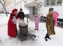 <p>Люди готовят еду на улице во время небывалых холодов в Душанбе 22 января 2008 года. Всемирный банк (ВБ) выделил Таджикистану два гранта на общую сумму $9 миллиона на преодоление продовольственного кризиса, ставшего следствием минувшей суровой зимы и общемирового роста цен на продукты, сообщил ВБ в среду. (REUTERS/Nozim Kalandarov)</p>