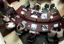 <p>Люди пользуются компьютерами в интернет-кафе в Дубаи 22 марта 2001 года. Власти Филадельфии возобновили проект по обеспечению города беспроводным бесплатным доступом в интернет. (REUTERS/Chris Helgren)</p>