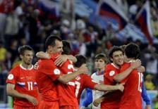 <p>Российская сборная отмечает победу над шведами, 18 июня 2008 года. Футбольная сборная России впервые в своей истории вышла плей-офф крупного международного турнира, достигнув стадии четвертьфинала чемпионата Европы, переиграв в среду сборную Швеции со счетом 2:0. (REUTERS/Alexander Demianchuk)</p>