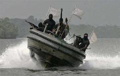 """<p>Нигерийские боевики патрулируют на катере дельту реки Нигер 30 января 2007 года. Боевики нигерийского """"Движения за освобождение дельты реки Нигер"""" в четверг предупредили капитанов нефтяных и газовых танкеров от появления в регионе, пообещав в противном случае атаковать суда. (REUTERS/George Esiri)</p>"""