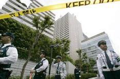 <p>Сотрудники японской полиции на территории жилого комплекса, где совершил попытку самоубийства Тосикацу Мацуока, в Токио 28 мая 2007 года. В 2007 году более 33.000 жителей Японии добровольно расстались с жизнью, несмотря на все попытки государства снизить уровень самоубийств, по которому страна занимает первое место в мире. (REUTERS/Yuriko Nakao)</p>