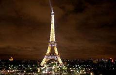<p>Una immagine notturna della Tour Eiffel. REUTERS/John Goh (FRANCE)</p>