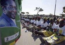 <p>Сторонники президента Зимбабве Роберта Мугабе перед плакатом с его фотографией в Читунгвизе, 26 июня 2008 года. Действующий президент Зимбабве Роберт Мугабе вновь возглавит страну по итогам выборов, которые подверглись международной критике и, по мнению африканских наблюдателей, сопровождались насилием и запугиваниями. (REUTERS/Philimon Bulawayo)</p>