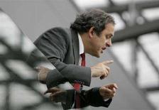 <p>Президент УЕФА Мишель Платини перед началом матча Хорватия - Германия на Евро-2008 в Клагенфурте 12 июня 2008 года. Президент УЕФА Мишель Платини в субботу жестко предупредил организаторов чемпионата Европы по футболу 2012 года Украину и Польшу, что обе страны могут лишиться права на проведение турнира, если стадионы в их столицах не будут готовы вовремя. (REUTERS/Miro Kuzmanovic)</p>