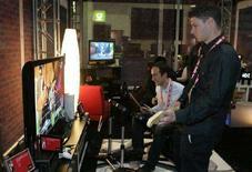 <p>Due ragazzi giocano a Rock Band su Xbox 360 REUTERS/Steve Marcus</p>