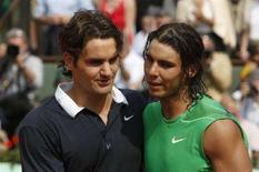 <p>Immagine d'archivio dello spagnolo Rafael Nadal (a destra) e dello svizzero Roger Federer. REUTERS/Regis Duvignau (FRANCE)</p>
