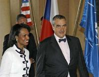 <p>Госсекретарь США Кондолиза Райс с министром иностранных дел Чехии Карелом Шварценбергом на подписании соглашения о размещении на чешской территории радиолокационной станции 8 июля 2008 года. США и Чехия подписали соглашение о размещении на чешской территории радиолокационной станции в рамках программы США по созданию системы противоракетной обороны в Европе. (REUTERS/Petr Josek)</p>