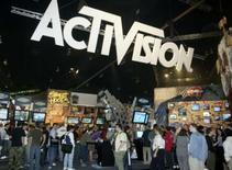 <p>Les actionnaires de l'américain Activision ont approuvé la fusion de leur société avec la branche jeux vidéos du français Vivendi pour donner naissance au groupe Activision Blizzard. /Photo d'archives/REUTERS/Fred Prouser</p>