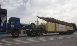 <p>Военный тягач перевозит ракету Ghadr-1 на День армии в Тегеране 17 апреля 2008 года. Иран произвел пробный пуск девяти ракет среднего и дальнего радиуса действия, одна из которых, как говорил Тегеран ранее, может поразить базы Израиля и США, расположенных в регионе, сообщили государственные СМИ в среду. (REUTERS/Morteza Nikoubazl)</p>