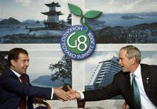 """<p>Президент США Джордж Буш (справа) и российский лидер Дмитрий Медведев на саммите """"Большой восьмерки"""" в японском Тояко, 7 июля 2008 года. Россия во вторник пообещала прибегнуть к военным и техническим методам, если США развернут систему противоракетной обороны возле ее границ, однако Белый дом надеется на продолжение диалога с Москвой по этому вопросу. (REUTERS/Jim Young)</p>"""