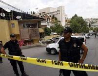 <p>Турецкая полиция охраняет территорию у посольства США в Стамбуле, 9 июля 2008 года. Три полицейских были убиты в результате вооруженного столкновения около консульства США в Стамбуле в среду, сообщает турецкое телевидение. (REUTERS/Fatih Saribas)</p>