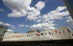 <p>Штаб-квартира Организации объединенных наций в Нью-Йорке, 24 марта 2008 года. Россия направила в Совет безопасности ООН проект резолюции по Грузии, призвав Тбилиси смягчить напряженность в отношениях с Абхазией, которая усилилась после взрыва в зоне грузино-абхазского конфликта, унесшего жизни нескольких человек. (REUTERS/Mike Segar)</p>