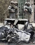 <p>Солдаты армии США в Багдаде 6 июля 2008 года. США по-прежнему против установления конкретной даты вывода войск из Ирака, сообщила в среду представитель Белого дома Дана Перино. (REUTERS/Thaier al-Sudani)</p>