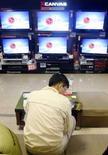 <p>LG Display a publié un bénéfice net trimestriel plus que triplé, à 759 milliards de wons (480 millions d'euros) contre 228 milliards de wons (144 millions d'euros) un an plus tôt. Cette évolution a été soutenue par la forte demande en téléviseurs à écran plat et en panneaux pour ordinateurs mais la firme sud-coréenne reconnaît que les mois à venir seront plus difficiles. /Photo prise le 10 avril 2008/REUTERS/Jo Yong-Hak</p>