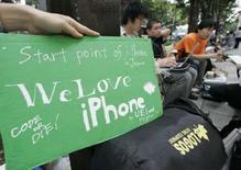 <p>Devant le principal magasin Softbank de Tokyo. Pour être parmi les premiers à posséder le nouvel iPhone, des dizaines de fans en Asie et en Nouvelle-Zélande ont commencé dès mercredi à braver la pluie et le froid pour faire la queue devant les magasins, à deux jours du lancement du combiné d'Apple. /Photo prise le 9 juillet 2008/REUTERS/Toru Hanai</p>