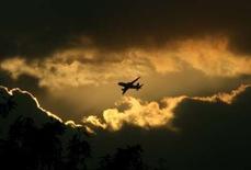 """<p>Les compagnies aériennes exerçant leur activité dans l'Union européenne devront bientôt afficher des prix toutes taxes, redevances et autres charges incluses, y compris sur internet. Selon le projet de règlement adopté par le parlement européen, les suppléments optionnels devront être indiqués """"de façon claire, transparente et non équivoque au début de toute procédure de réservation"""". /Photo d'archives/REUTERS/B Mathur</p>"""