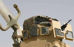<p>Американский солдат с автоматом следит за обстановкой в Багдаде 5 июля 2008 года. Сухопутные войска США в Ираке завершат основные действия по обеспечению безопасности к середине 2009 года, сказал в среду ответственный офицер по обучению войск Ирака генерал-лейтенант Джеймс Дубик (REUTERS/Erik de Castro).</p>