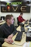 <p>Analisti di sistema lavorano nel Centro ricerca Xbox Live di Microsoft a Redmond, Washington, in un'immagine d'archivio. REUTERS/Marcus R. Donner (Usa)</p>