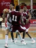 <p>Il giocatore di basket dell'Iran Amir Amini (a sinistra) durante una partita con la nazionale del Qatar. REUTERS/Jason Reed</p>