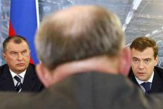 <p>Президент РФ Дмитрий Медведев (справа) и вице-премьер Игорь Сечин (слева) на заседании Государственного совета в Иваново 20 июня 2008 года. Президент России Дмитрий Медведев в пятницу поручил правительству Владимира Путина в лице вице-премьера Игоря Сечина самостоятельно решать, какие компании будут вести добычу нефти и газа на континентальном шельфе. (REUTERS/Denis Sinyakov)</p>