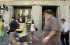 <p>Santander está negociando la venta de su división de seguros por hasta 4.000 millones de euros, convirtiéndose en la segunda unidad de la que intenta desprenderse tras su acuerdo para comprar el banco británico Alliance & Leicester, informaron el sábado diversos medios. En la imagen, transeúntes pasan junto a una sucursal de Santander en Madrid, el 14 de julio de 2008. REUTERS/Andrea Comas</p>