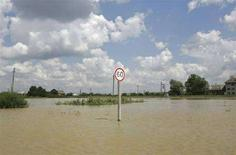 <p>Дорожный знак на затопленной дороге около города Галич Ивано-Франковской области, 27 июля 2008 года. Двадцать два человека, в том числе шестеро детей, погибли в западных областях Украины, охваченных небывалым за последние годы наводнением. (REUTERS/Mykhailo Markiv/Pool)</p>