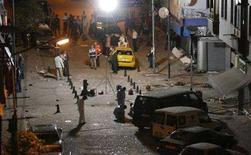 <p>Криминалисты осматривают место взрывов в Стамбуле 27 июля 2008 года. Пятнадцать человек погибли и около 140 получили ранения в результате взрывов в Стамбуле в воскресенье вечером, произошедших всего за несколько часов до судебных слушаний по делу о запрете правящей партии на фоне бурных политических волнений в стране. (REUTERS/Osman Orsal)</p>