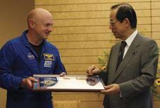 <p>Mark Kelly oggi insieme al premier giapponese Yasuo Fukuda. REUTERS/Yuriko Nakao (JAPAN)</p>