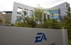 <p>Electronic Arts, numéro un mondial du jeu vidéo, fait état d'une perte trimestrielle réduite mais supérieure aux attentes. La perte nette est ressortie à $95 millions, soit 30 cents par action, contre une perte de $132 millions un an plus tôt, ou 42 cents par titre. /Photo prise le 7 mai 2008/REUTERS/Andy Clark</p>