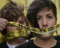 <p>Volontari di Amnesty International protestano a Sydny contro la censura sui siti Internet in Cina. REUTERS/Will Burgess</p>