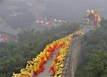<p>В ожидании эстафеты Олимпийского огня на Великой китайской стене в окрестностях Пекина, 7 августа 2008 года. Китай приступил к завершающему этапу эстафеты Олимпийского огня под затуманенным небом, а угроза дождя усложнила планы проведения церемонии открытия Игр. (REUTERS/Joe Chan)</p>