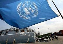 """<p>Флаг ООН на французском судне """"La Foudre"""" в порту Бейрута 26 августа 2006 года. Совет безопасности ООН в пятницу не смог прийти к согласию относительно заявления, подготовленного Россией, призывающего Грузию и сепаратистов в Южной Осетии немедленно прекратить кровопролитие. (REUTERS/Eric Gaillard)</p>"""