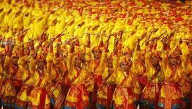 """<p>Танцоры на церемонии открытия XXIX Олимпийских игр на Национальном стадионе в Пекине 8 августа 2008 года. Церемония открытия XXIX Олимпийских игр стартовала в Пекине на Национальном стадионе, также известном как """"Птичье гнездо (REUTERS/Mike Blake)</p>"""