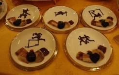 """<p>Ormeau en forme de bateau avec des rames d'asperges, battes de baseball en mini-épis de maïs, paniers de nouilles en forme du """"nid d'oiseau"""", surnom du stade olympique de Pékin: les restaurants de la capitale chinoise rivalisent d'imagination pour séduire les 7 millions de visiteurs attendus pendant les JO. /Photo prise le 4 août 2008/REUTERS/Eric Gaillard</p>"""