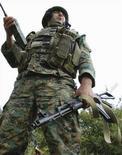 <p>Грузинский солдат на позициях близ Цхинвали 8 августа 2008 года. В Цхинвали - столице самопровозглашенной республики Южная Осетия - продолжаются столкновения между осетинскими силами самообороны и грузинскими войсками, применяющими тяжелую артиллерию, танки и самолеты. Российские СМИ сообщили о том, что на помощь российским миротворцам направлено подкрепление. (REUTERS/Nodar Tskhvirashvili)</p>