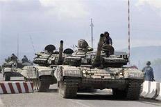 <p>Грузинские танки на дороге близ Цхинвали 8 августа 2008 года. Ситуация в самопровозглашенной республике Южная Осетия резко обострилась после того, как Грузия, считающая регион своим, начала военную операцию с применением авиации и бронетехники против югоосетинских сил самообороны. (REUTERS/Irakli Gedenidze)</p>