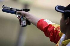 <p>Пан Вей во время соревнований по стрельбе из пистолета, Пекин, 9 июня 2008 года. Китайский спортсмен Пан Вей стал первым в соревнованиях по стрельбе из пневматического пистолета на дистанцию 10 метров. (REUTERS/Hannibal Hanschke)</p>