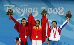 <p>Медалистки позируют во время церемонии награждения, Пекин, 9 августа 2008 года. Китаянка Чэнь Сеся выиграла золото в соревнованиях среди тяжелоатлеток в весовой категории до 48 килограммов. (REUTERS/Oleg Popov)</p>