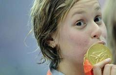 <p>Federica Pellegrini bacia l'oro vinto oggi nei 200 stile libero alle Olimpiadi di Pechino. REUTERS/Kai Pfaffenbach</p>