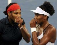 <p>Le sorelle Serena (sinistra ) e Venus Williams durante la semifinale del doppio. REUTERS/Toby Melville</p>