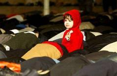 <p>Девочка среди молящихся в мечети Абу-Бакир в Баку, 4 ноября 2005 года. Три человека погибли, более десяти ранены в результате взрыва гранаты в мечети Абу-Бекир, прогремевшего в центре Баку вечером в воскресенье, сообщил журналистам прокурор Наримановского района Баку Дурхасан Иманов. REUTERS/David Mdzinarishvili</p>