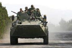 <p>Российская бронемашина на дороге около Гори, примерно в 80 километрах от Тбилиси, 18 августа 2008 года. Российская армия сообщила, что начала вывод войск из Грузии на территорию отколовшейся автономии Южной Осетии и в буферную зону. (REUTERS/David Mdzinarishvili)</p>