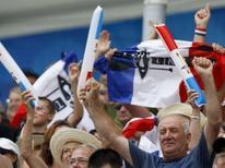 """<p>Supporters tricolores à Pékin. À défaut d'un feu d'artifice de médailles d'or, les petites phrases croustillantes des Français ont égayé les cieux olympiques au cours de ces dix premiers jours de compétition à Pékin. Dès son arrivée, la joueuse de tennis Alizé Cornet eut par exemple cette réflexion à propos des Chinois: """"Dans la rue, ils crachent, rotent et pètent mais toujours avec le sourire."""" /Photo prise le 13 août 2008/REUTERS/Darren Whiteside</p>"""