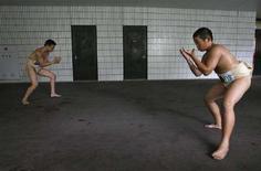 <p>Молодые борцы сумо готовятся к схваткам перед турниром в Токио, 3 августа 2008 года. Японская полиция в понедельник арестовала 20-летнего российского борца сумо, входящего в элитную лигу национальной японской борьбы, по подозрению в употреблении марихуаны. (REUTERS/Toru Hanai)</p>